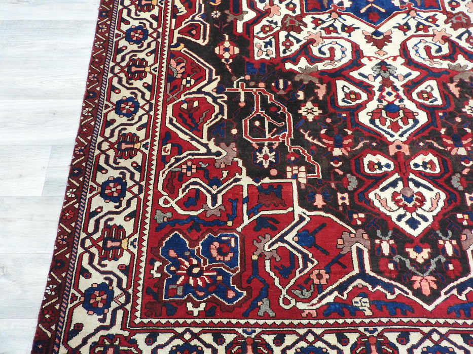 Persian Hand Made Bakhtiari Rug Size: 295 x 205cm