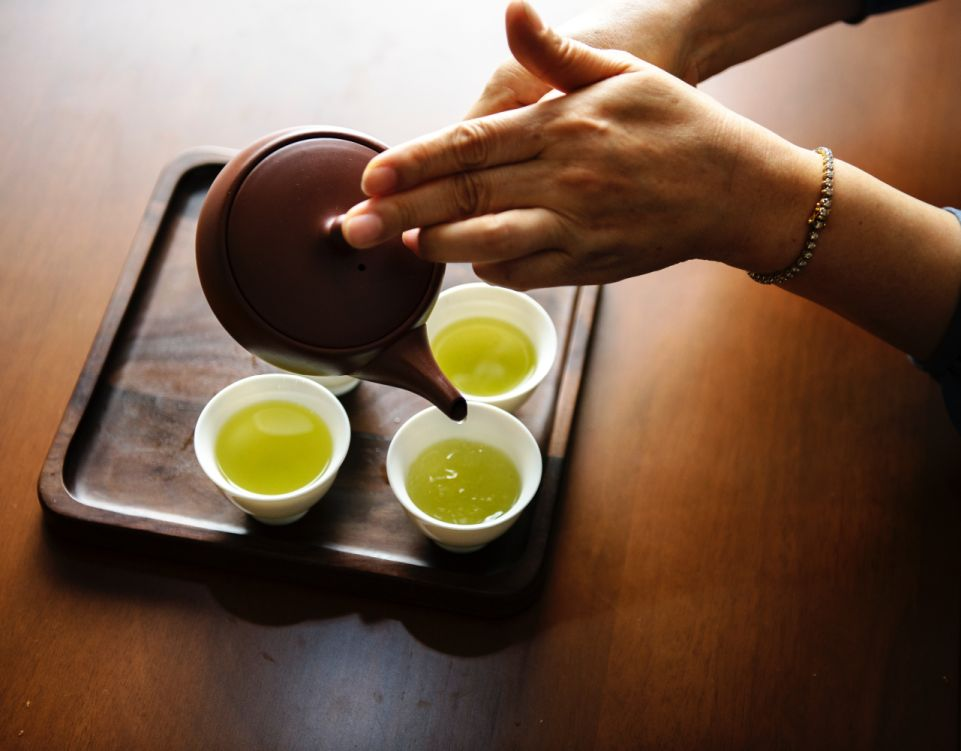 Pouring green tea from a kyusu