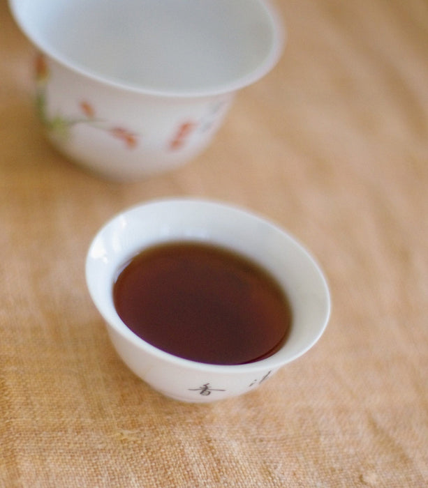Flüssiger Pu-Erh-Tee in weisser Teetasse - Liquid Loose-leaf Pu-Erh in small teacup