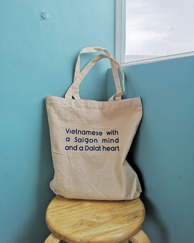 Túi tote in chữ Vietnamese with a Saigon mind and a Dalat heart