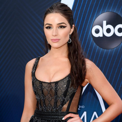 Olivia Culpo at CMAs wearing laced hair extensions