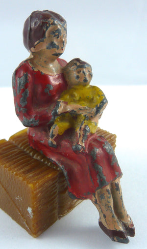 Pixyland Kew seated mother with baby, rare large size