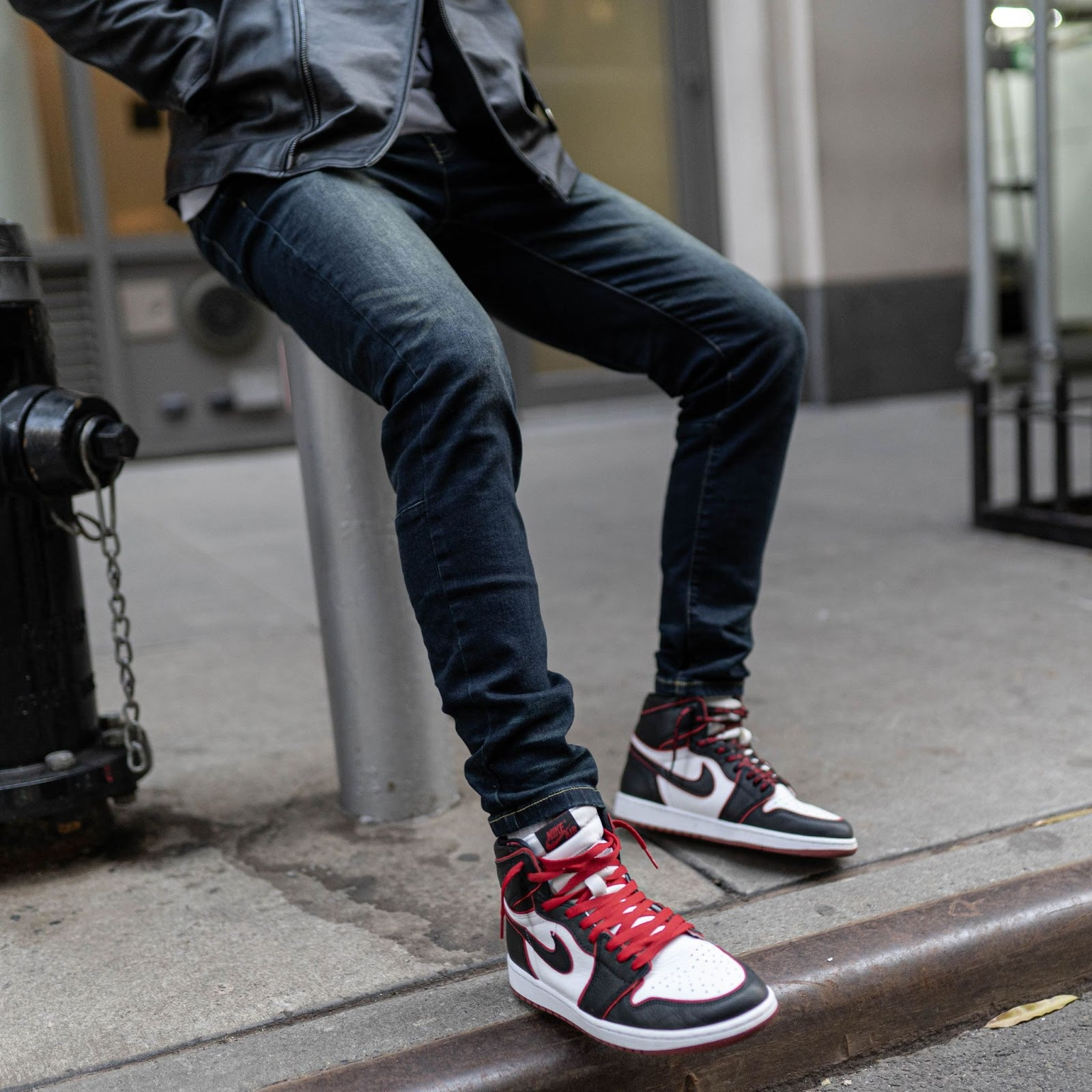 dark wash blue jeans with sneakers