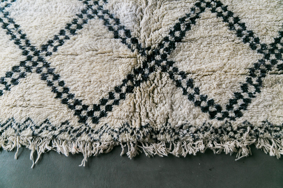 [SOLD] LINEAR LOGIC beni ourain vintage moroccan berber carpet