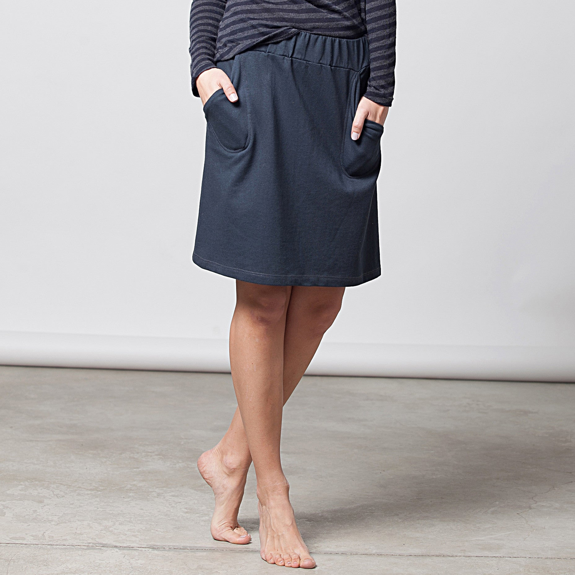 Sample sale- A-line skirt in french terry in S-M color navy - DuendeFashion  - 5
