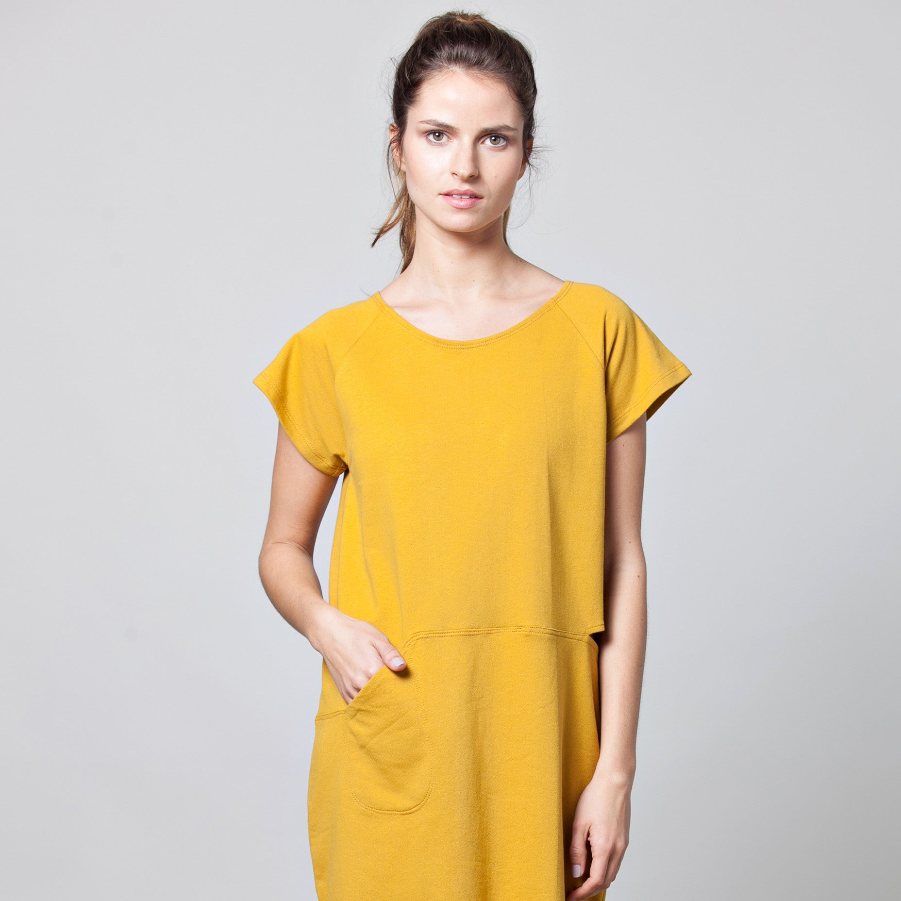 Pocket dress with a slit in cotton French terry - DuendeFashion  - 3