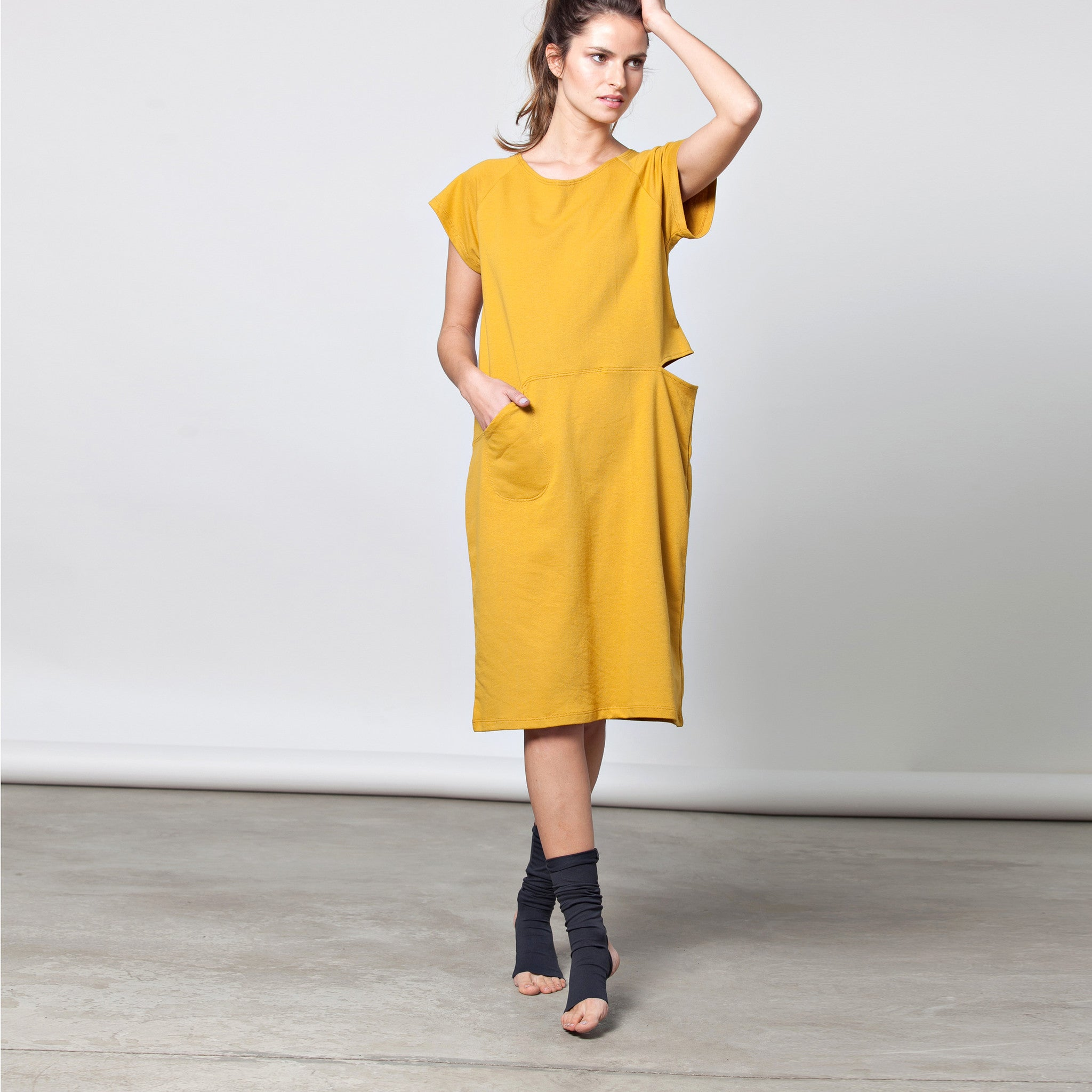 Pocket dress with a slit in cotton French terry - DuendeFashion  - 5