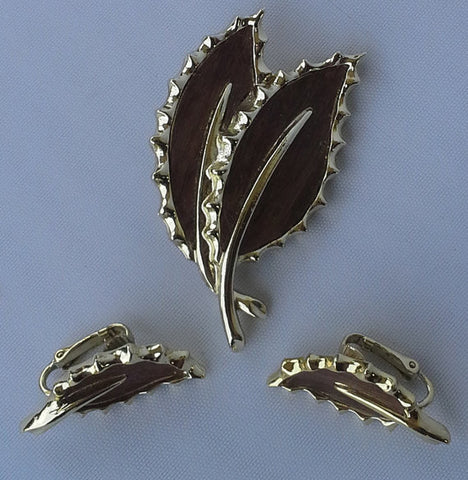 Vintage 1968 Sarah Coventry wooded matching set of pin/brooch and  earrings leaf style gold tone and faux wood metal