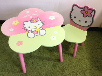 Table Hello Kitty usée H45cm + 2 chaises