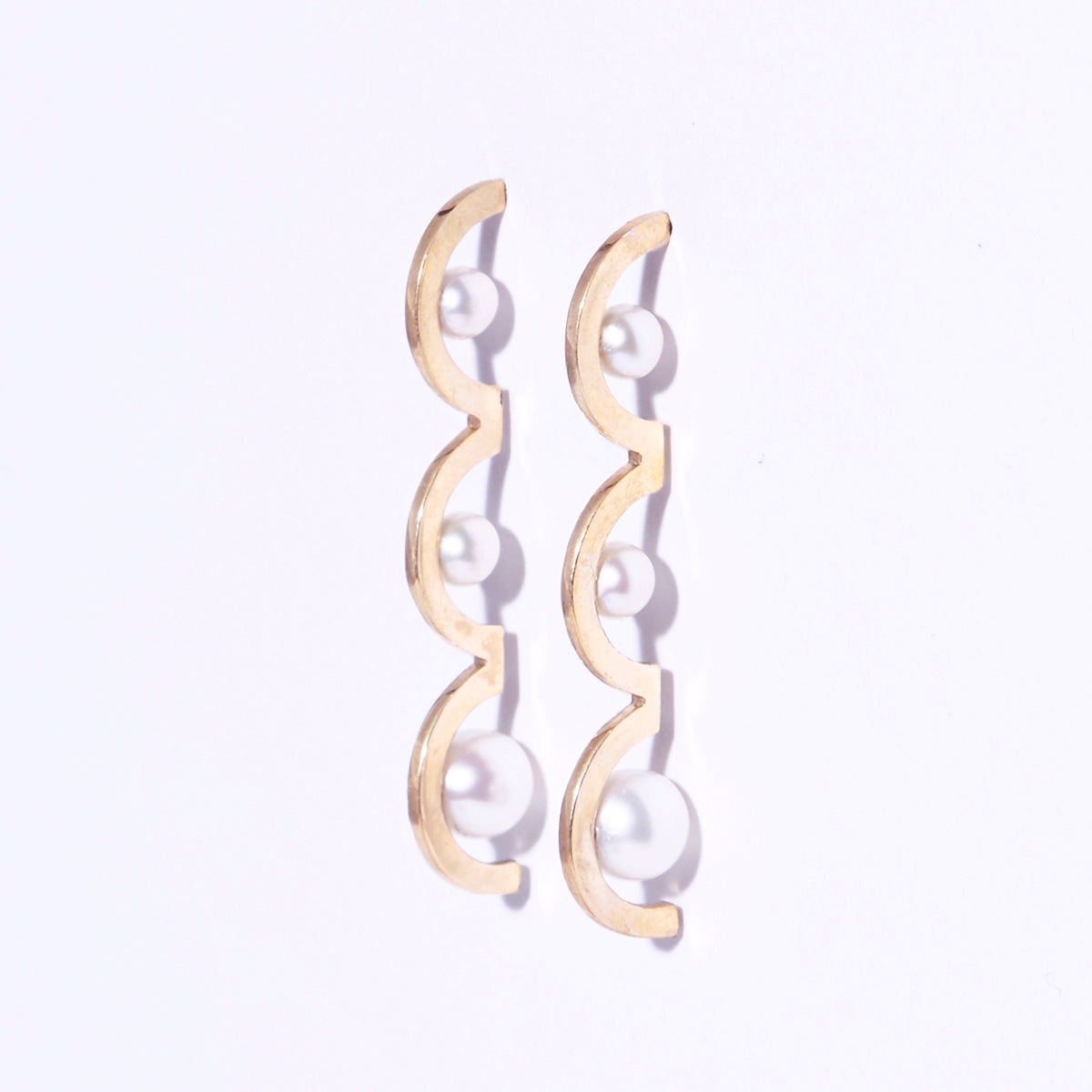 Metalepsis modern 3-arched pearl Arco earrings