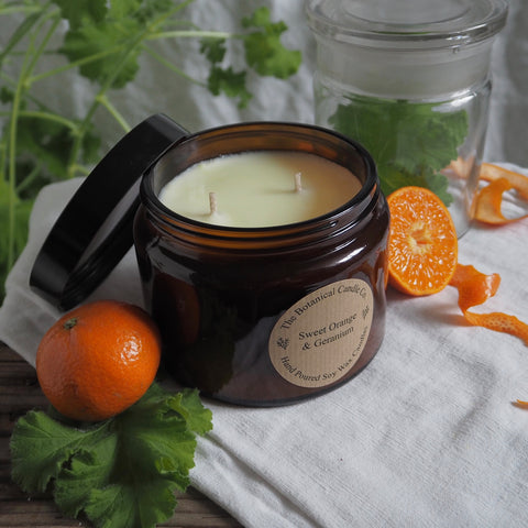 THE BOTANICAL CANDLE CO. 500ML LARGE AMBER GLASS JAR CANDLE - SWEET ORANGE AND GERANIUM