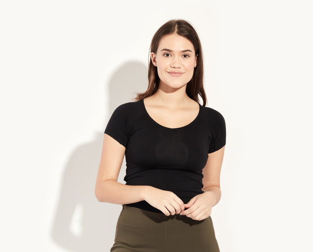 "Luma is a 34D, she's wearing a size medium t-shirt. Luma is 5'10"". color:Black"