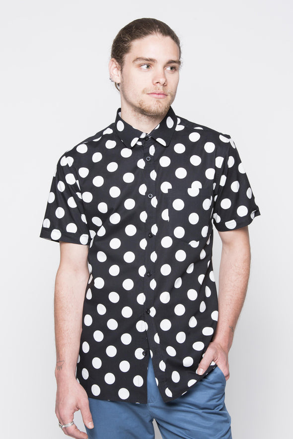 THE CALI SHORT SLEEVE SHIRT IN BLACK WITH WHITE POLKADOTS