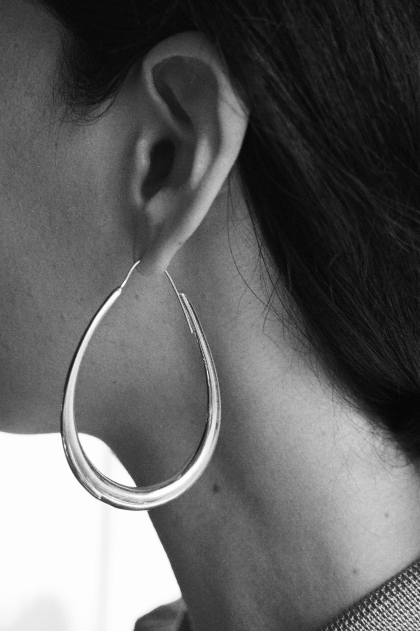 MEDIUM EGG HOOP EARRINGS