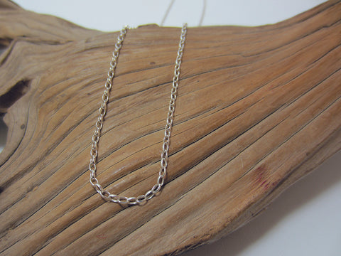 This fine, sterling silver belcher chain works well with more traditional pendants, ideal with a smaller locket or cross. It is 1.84 mm wide. 925 Silver Canterbury