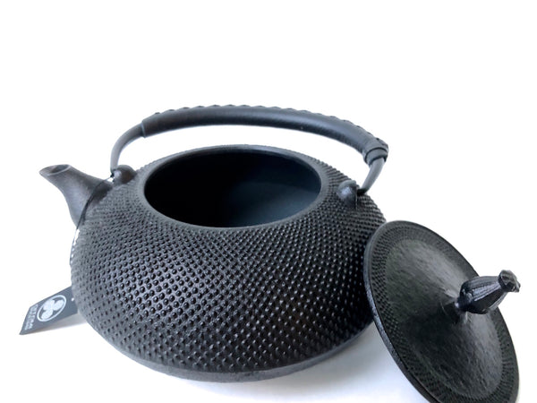 Nanbu Tetsubin - Cast Iron Kettle (Hiramaru Arare style with Black Leather Handle - Black / 1.2 L)