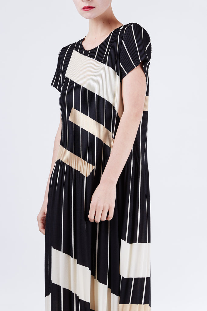 Geometric Pleated Dress Black