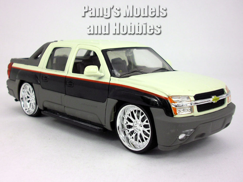 Custom Lowrider Chevy Avalanche 2002 1 24 Diecast Metal Model By