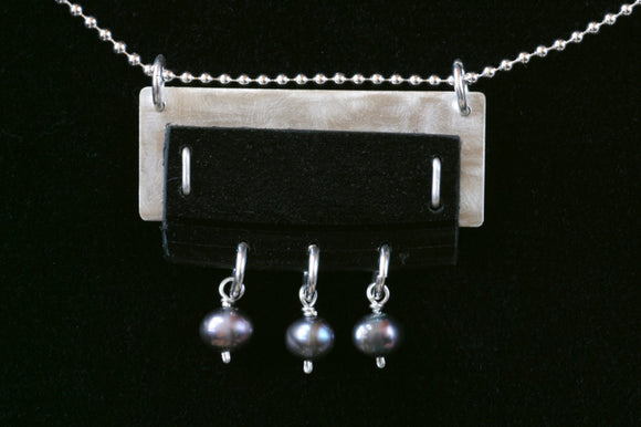 Silver pendant with record and gray pearls - Amy Jewelry