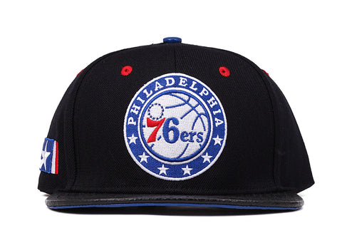 76ERS TEAM LOGO STRAPBACK - BLACK