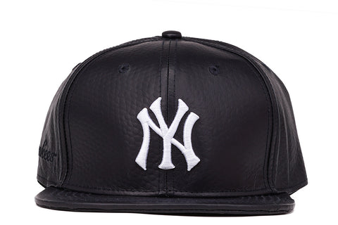 NY YANKEES LEATHER STRAPBACK - BLACK