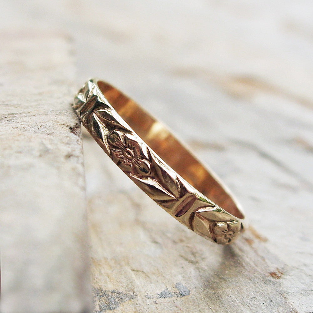 14k Gold Chevron Leaf and Posy Detail Wedding Band