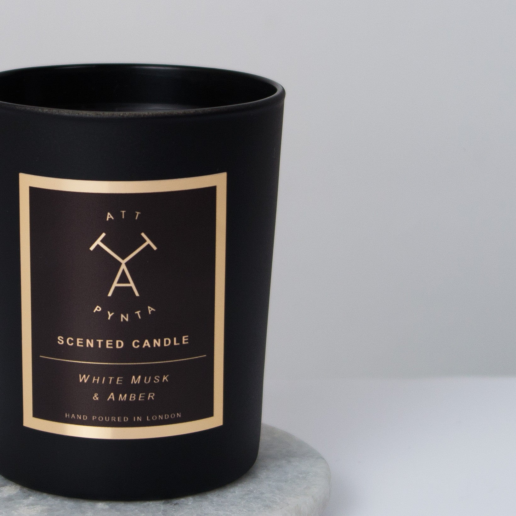 White musk & amber scented candle - Att Pynta