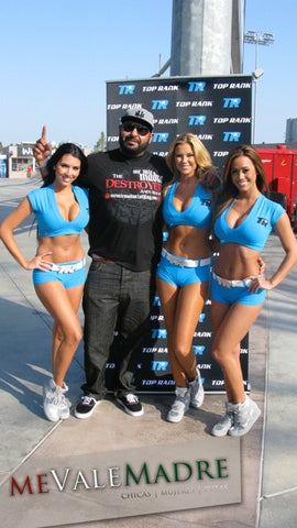 Max and hot chicks at a race