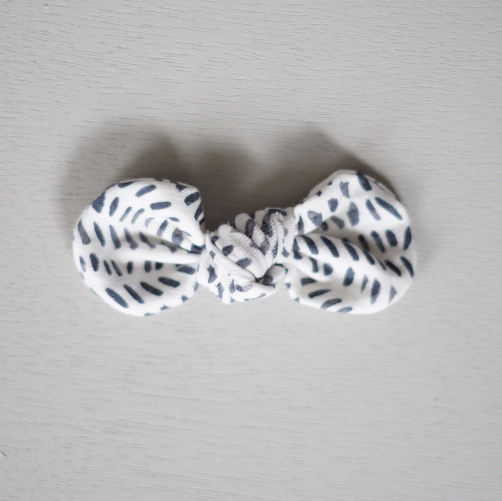 Knotted Bow Clip, Black Dash