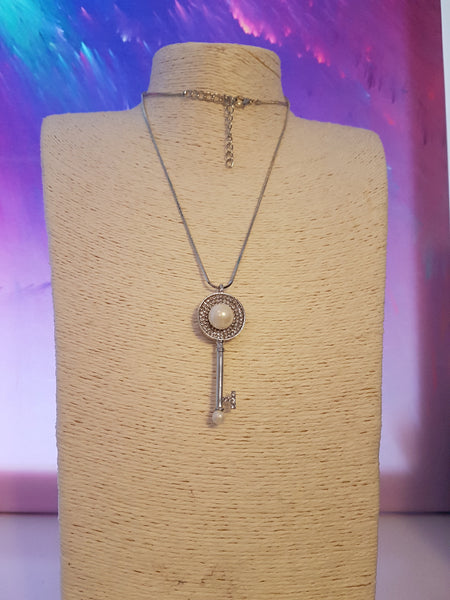 Elegant Silver And Pearl Key Necklace With Sparkle