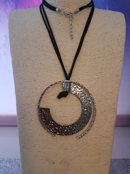 Abstrct Circle Necklace With Hammered Detail