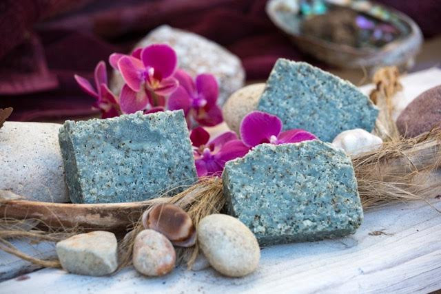 Ohana Soaps' Pacific Seas Sea Salt Scrub soap fragrance combines a fresh and intriguing blend of agave, sea kelp, ocean breeze, citrus zests, sparkling bergamot, dewy cyclamen and soothing sandalwood. Packed with sea salt, sea kelp and sea clay, it boasts the additional benefits of vitamin E and jojoba oil.