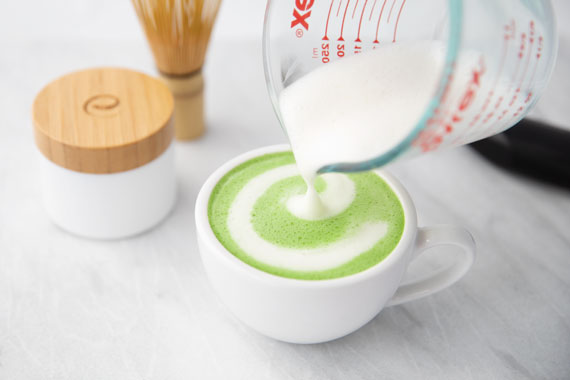 How to make matcha latte step 4 pour milk latte art