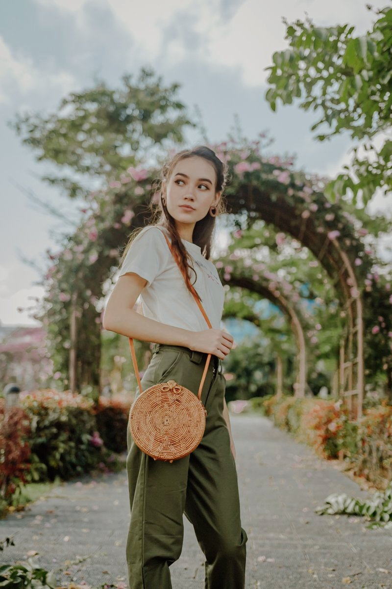 ROUND WOVEN SLING BAG