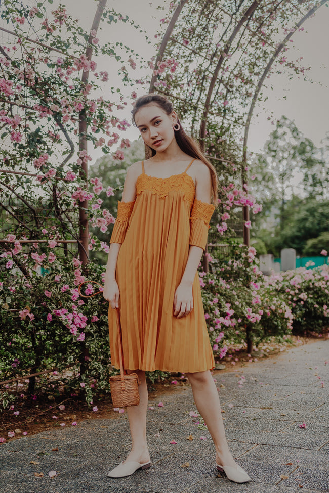 OFF SHOULDER PLEATED MIDIDRESS (MUSTARD)