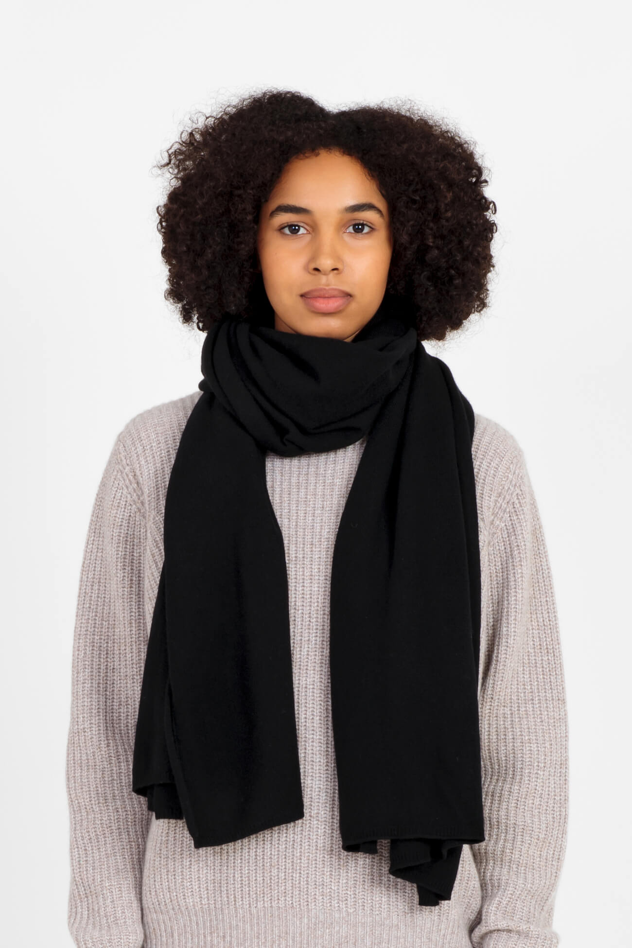 Alma cashmere scarf in black