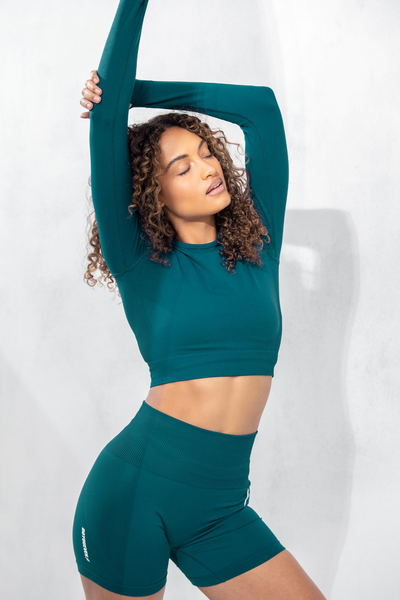 Fitness mode poses in studio wearing Green Doyoueven Hyperflex Seamless