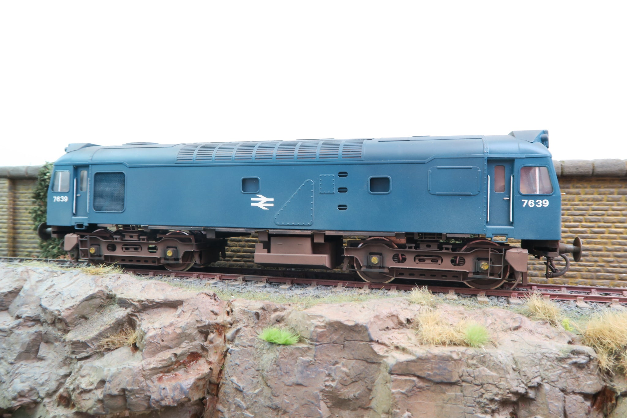 Sancheng 7mm Finescale O Gauge Class 25/3 BR Blue Yellow Warning Panels '7639' Weathered!
