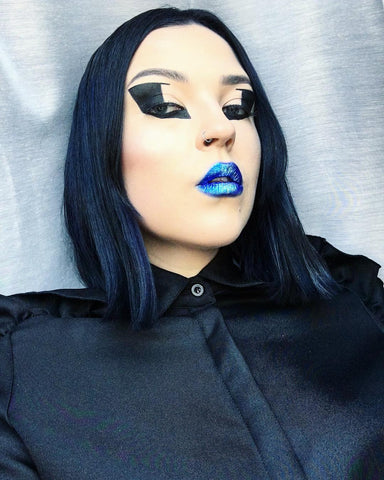 Graphic eye look with a blue lip by Gabriele Stone
