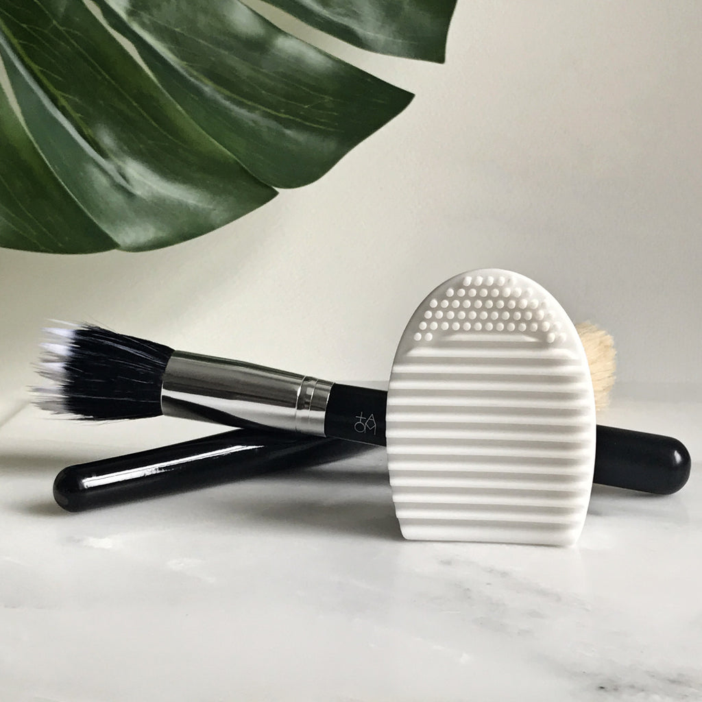 Simple and brilliant makeup brush cleaning mitt