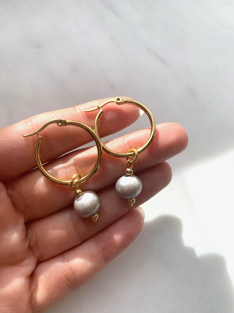 GREY PEARL HOOPS par TERRA MODA DESIGNS