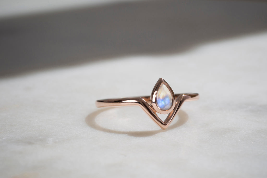 Asteria Ring in Rose Gold and Rainbow Moonstone