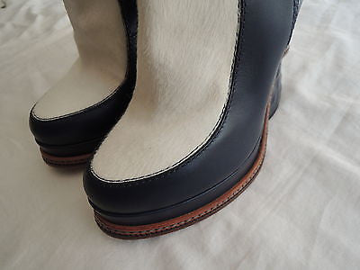 ~ FENDI NAVY LEATHER & WHITE PONY FASHION SHOW SCULPTED HEEL ANKLE BOOTS ~ 38