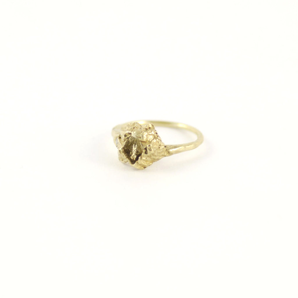 ELEGANT WEDDING SOLITAIRE BARNACLE GOLD RING