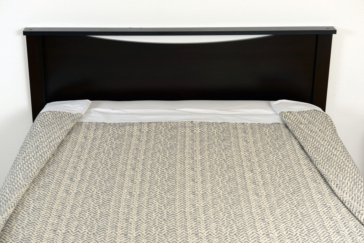 Top foot end view with folds. Netting oversized cotton blanket, grey/ecru. Excess Comfort/