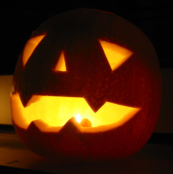 A jack-o-lantern is a great environmentally friendly and spooky decoration for your green Halloween party. Image by Man Vyi via Wikimedia Commons