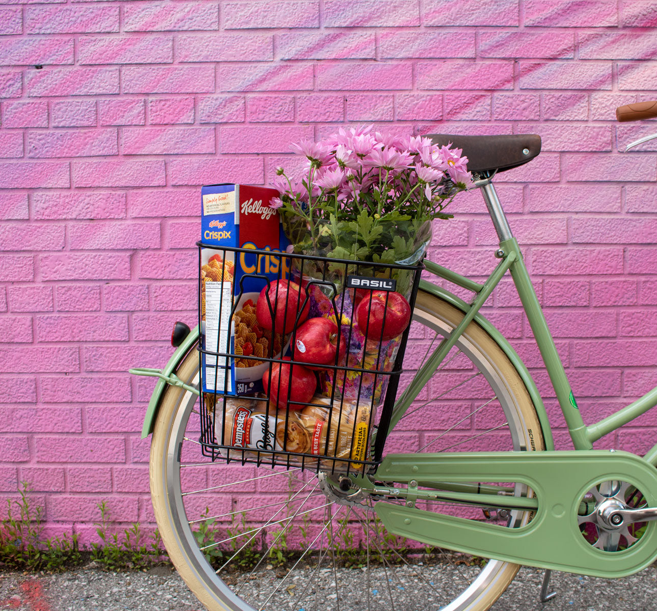 53d2b5d199e Basil-Bottle-Basket-Black-Lifestyle-Groceries-Pink-Background-Curbside-Cycle .jpg?v=1561394297
