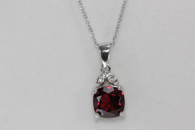 MODERN 14k WHITE GOLD LADYS PENDANT & CHAIN GARNET & DIAMONDS