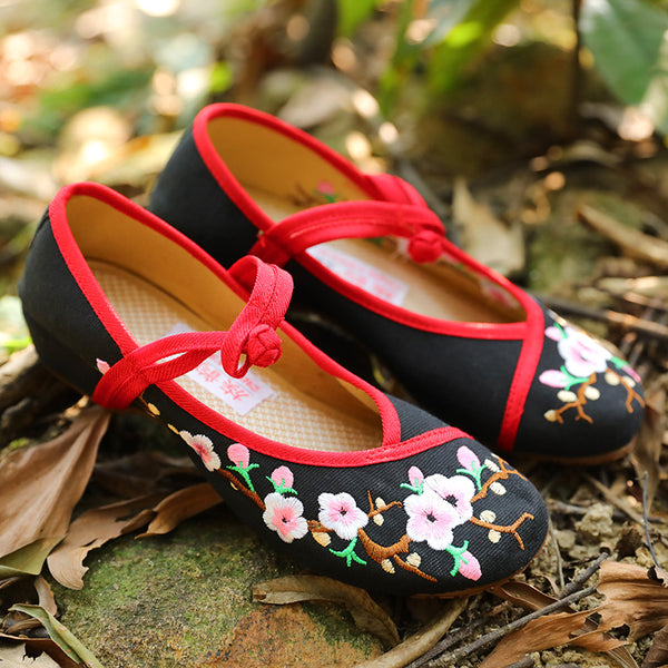 Exquisite Women Ethnic Flower Embroidery Black Cloth Shoes - Buykud