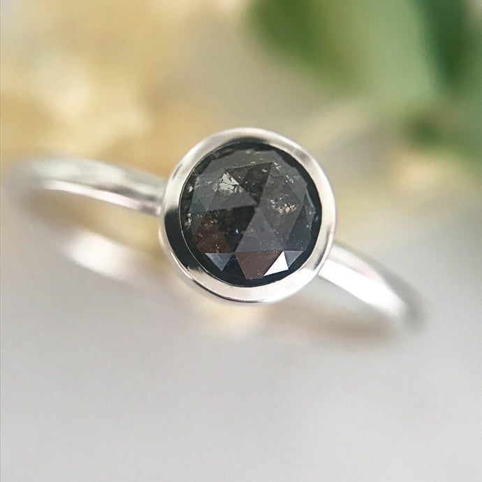 Anello con diamante nero